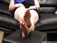 Carolina barefoot plays Thumb