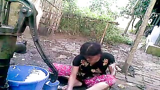 Bangla desi shameless village cousin-Nupur bathing outdoor Thumb