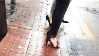 indian girl walking through town with sexy feet Thumb