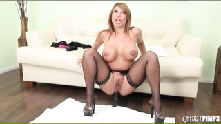Ava Devine fucks her asshole with an aluminum can Thumb