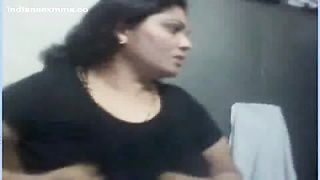 Desi aunty Nude on Webcam displaying her large tits & cootchie Mms Thumb
