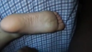 cumming on gf's feet while she eases Thumb