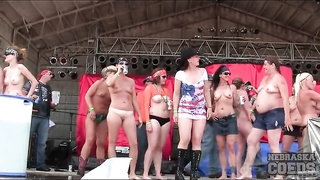 Topless and naked amateurs up on stage Thumb