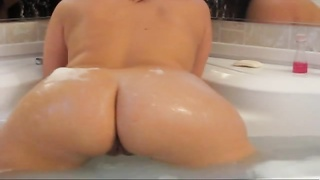 amateur hottie wiggles  her butt in the bathtub Thumb