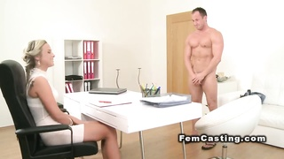 Blonde agent fucked by muscled stud Thumb