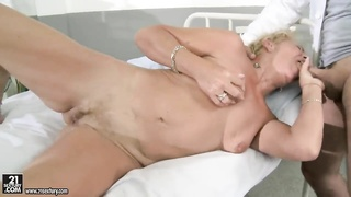 Mature blonde woman getting her snatch fucked Thumb