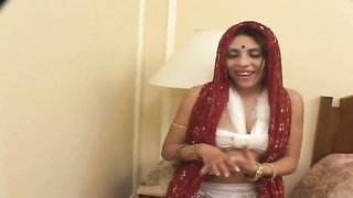This Indian sexy milf wants are attempting go on giving head and balls tryout Thumb